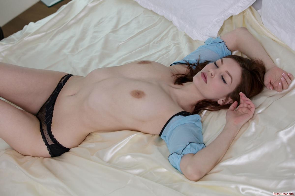 Трахнул рыжую азиатку на кровати 19 фотография