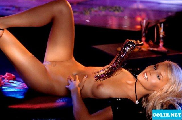Шикарная блондинка Playboy с упругими сиськами позирует голой