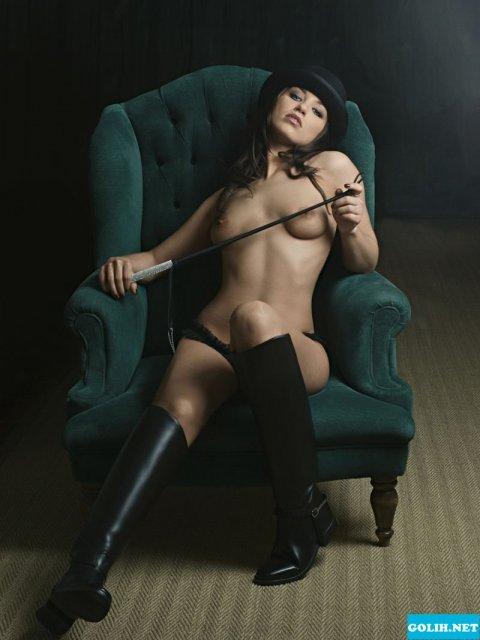 Сексуальная девушка Playboy позирует голая и в эротичном белье