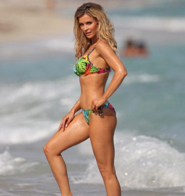 Модель Playboy сексуальная блондинка позирует в бикини.