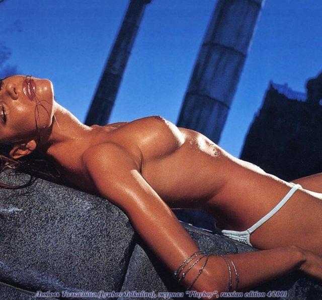 Модель Playboy сексуальная любовь, позирует голой в эротичных позах