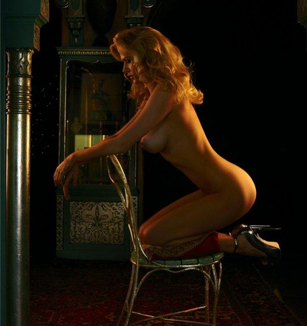 Модель Playboy с большими сиськами эротично позирует голой