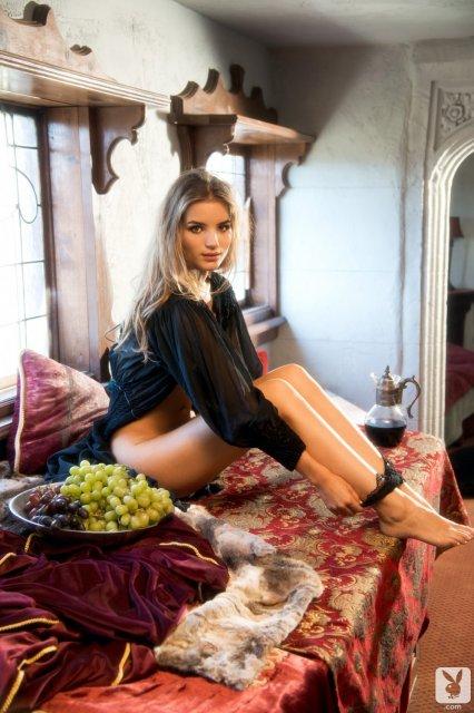 Две сексуальные девочки Playboy позируют в сексуальном нижнем белье и голые.