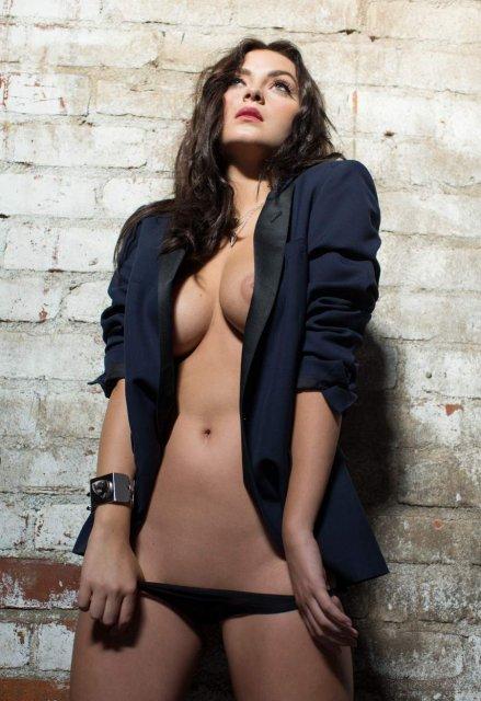 Развратная девушка Playboy позирует, демонстрируя голую киску и сиськи.