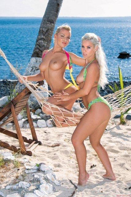 Шикарные блондинки сосут пенис и ебутся с мужиком на берегу моря.