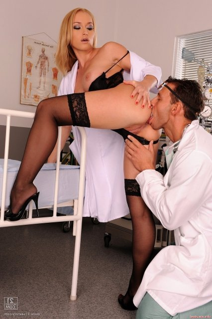 Доктор ебёт сексуальную медсестру блондинку в очко и кончает в рот