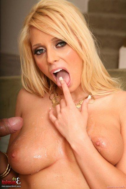 Сексуальная блондинка с большими сиськами делает минет