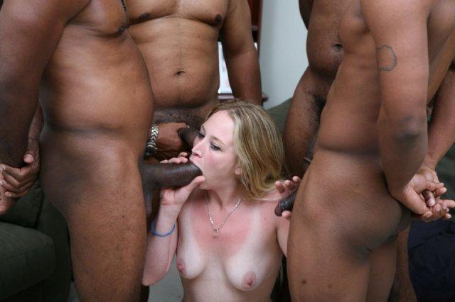 Групповая ебля негров с белокожей блондинкой и сперма на её лице.