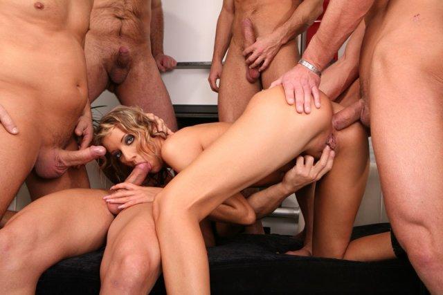 Групповой секс с блондинкой в анальное отверстие с парнями
