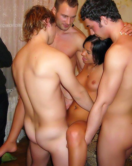 Сексуальные красотки с голыми сиськами соревнуются в групповой ебле