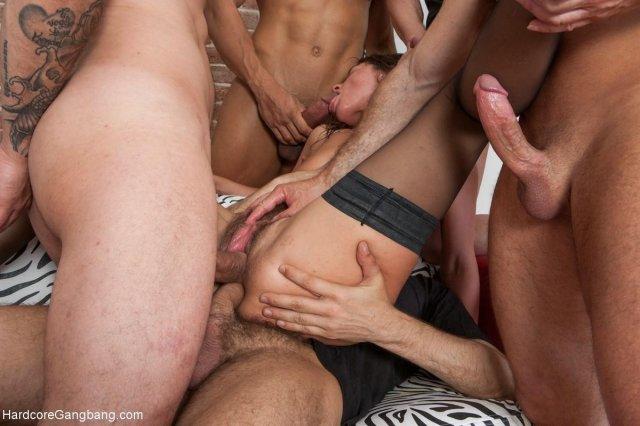Пятеро парней ебут молодую девчонку в пизду, попку и ротик.