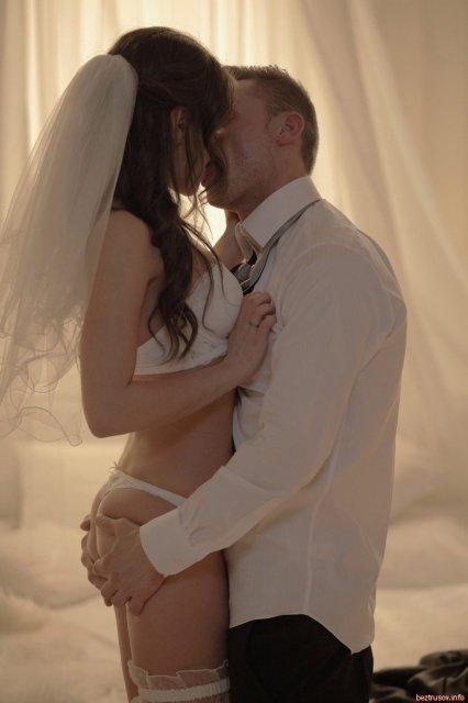 Первая брачная ночь жениха с красивой сексуальной невестой.