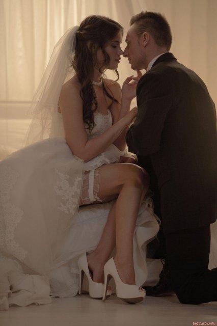 Смотреть секс первая брачная ночь, мужчина и женщина в постели видео позы