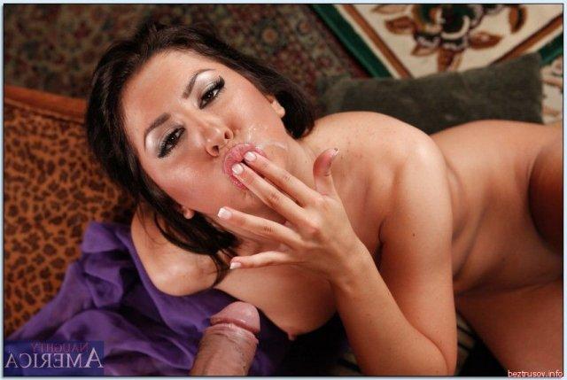 Сперма на лице азиатской красотки с маленькой грудью.
