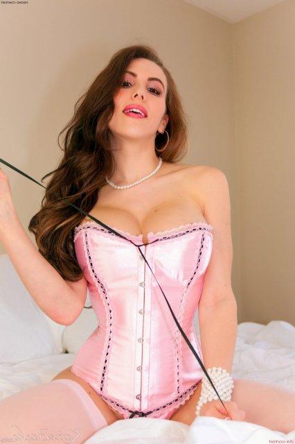 Сексуальная красотка с красивыми грудями позирует в эротичном корсете