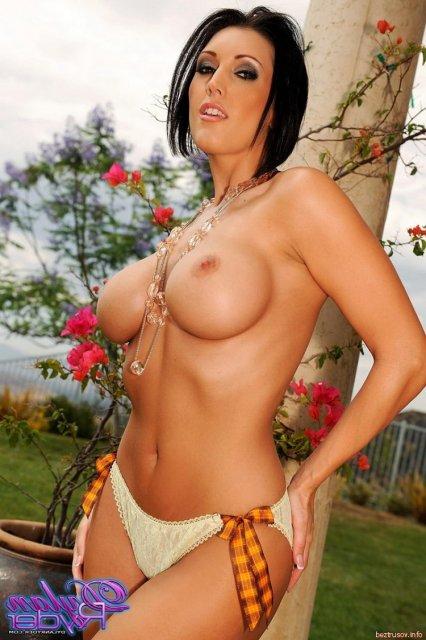 Молодая и сексуальная брюнетка с бритой киской позирует голой