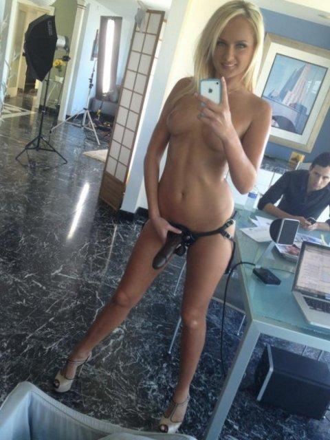 Сексуальные девчонкисо страпонами на голых пиздах, лижут киски языком