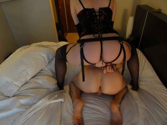 Сексуальные девушки позируют в страпонах и трахаются.