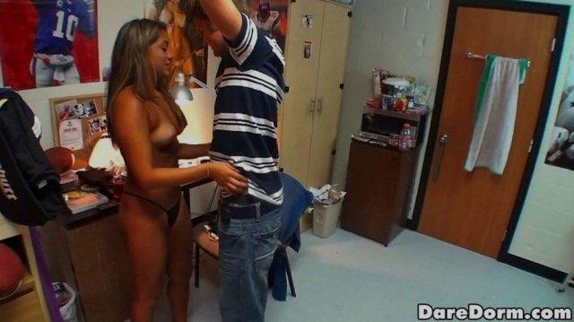 Молодые студентки учат парня ебаться с резиновой куклой