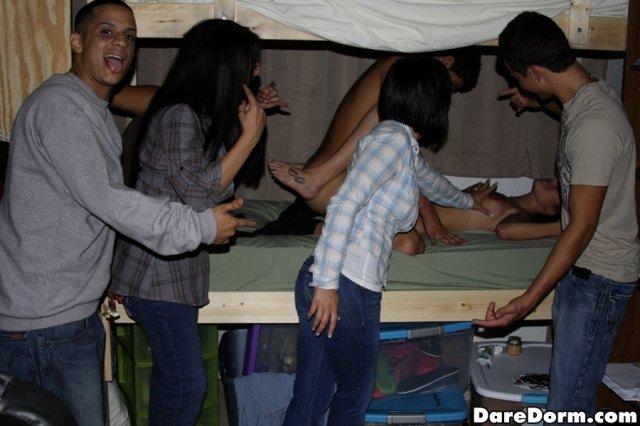 Три студентки красотки ебутся с молодым парнем студентом.