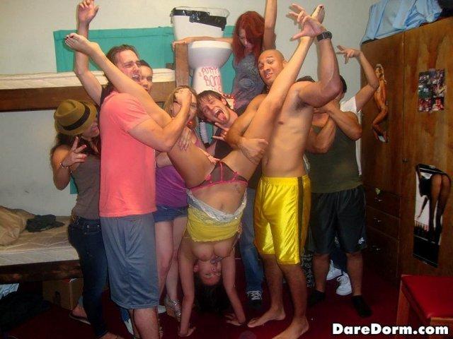 Групповуха студентов в общаге с голыми и молодыми ученицами