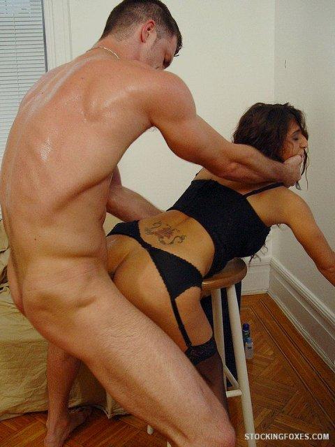 Мужик трахает татуированную девчонку в сексуальном белье.