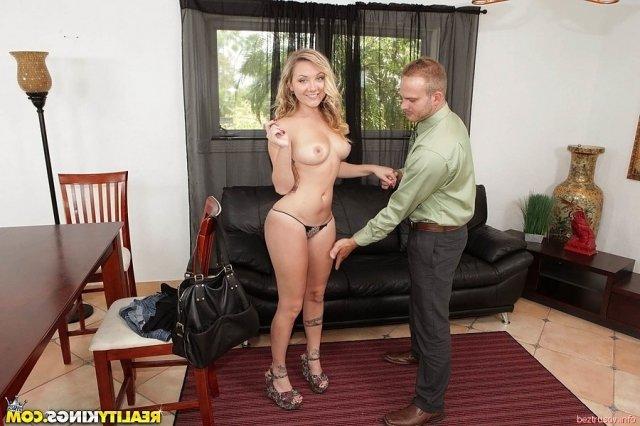 Молодая блондинка с тату и шикарной жопой ебётся сверху.