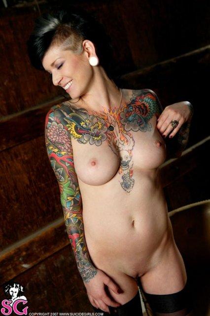 Сексуальные татуированные девчонки, позируют оголяя сиськи и киски.