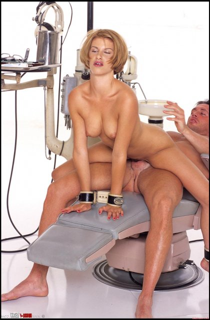 Зубной врач ебёт связанную девушку в пизду и рот и эякулирует на лицо.