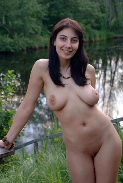 Молодые сексуальные девушки армянки показывают волосатую письку