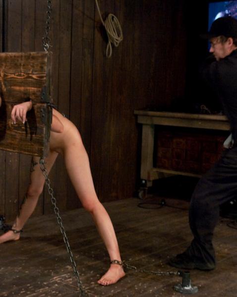 Голая девица с сексуальными тату любит БДСМ еблю, связывание и унижение