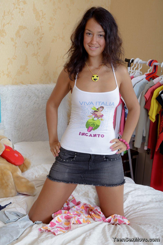 smotret-porno-erotichno-razdevaetsya-pokazat-nadevayut-prezervativ-foto-porno