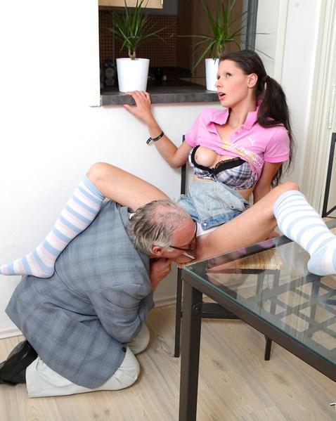 Русская секретарша с бритой пиздой сосёт и занимается вагинальным сексом