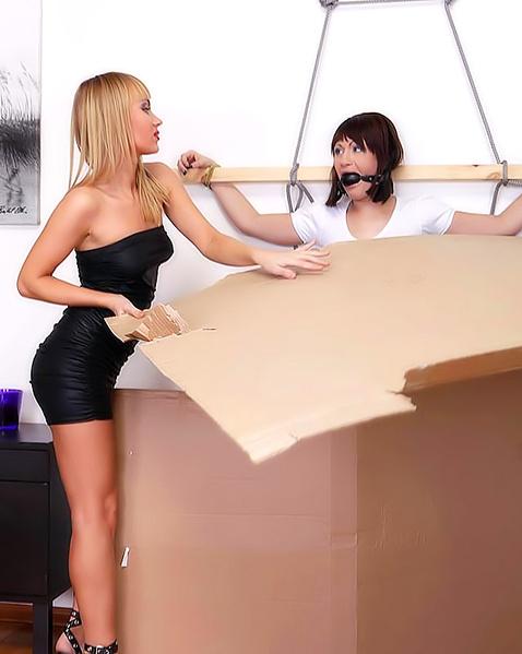 Молодая лесбиянка практикует БДСМ и лижет вагину зрелой леди