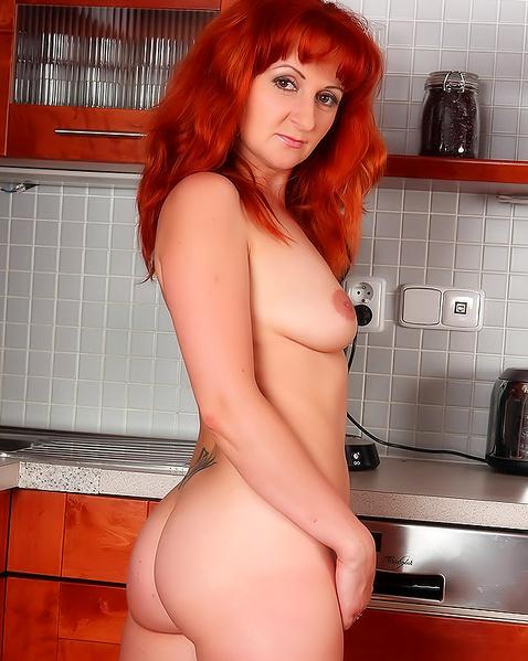 Рыжая красотка с волосатой пилоткой думает про еблю