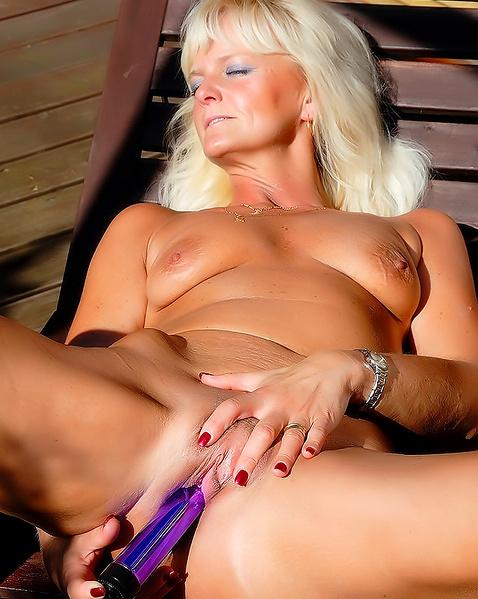 Зрелая блондинка с волосатой пилоткой мастурбирует пизду