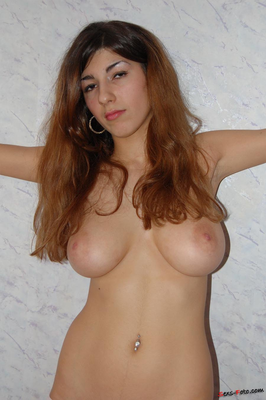 Красивая грузинка показывает огромные сиськи и небритую пизду