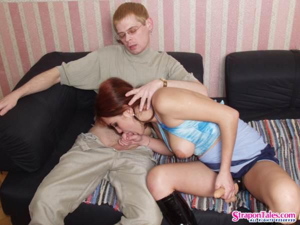Девушка студентка ебёт страпоном парня в очко на кровати
