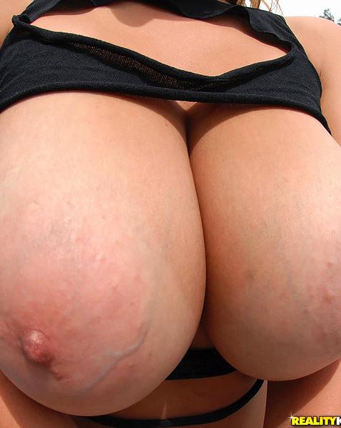 Жопастая блондинка сосет и дрочит толстый член на природе