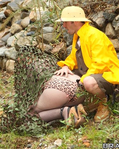 Жопастая проститутка ебется в пизду и между сисек на природе