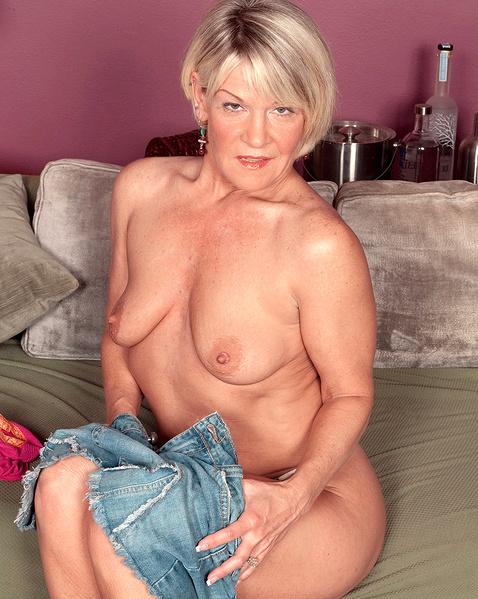 Зрелая женщина раздевается и мечтает о ебле на порно фото