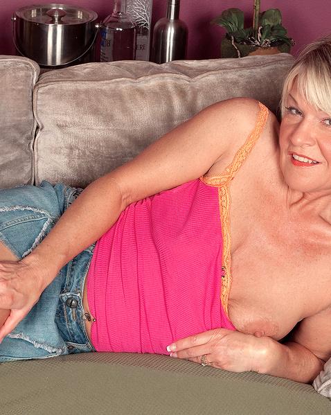 Онлайн порно зрелые женщины раздеваются и трахаются