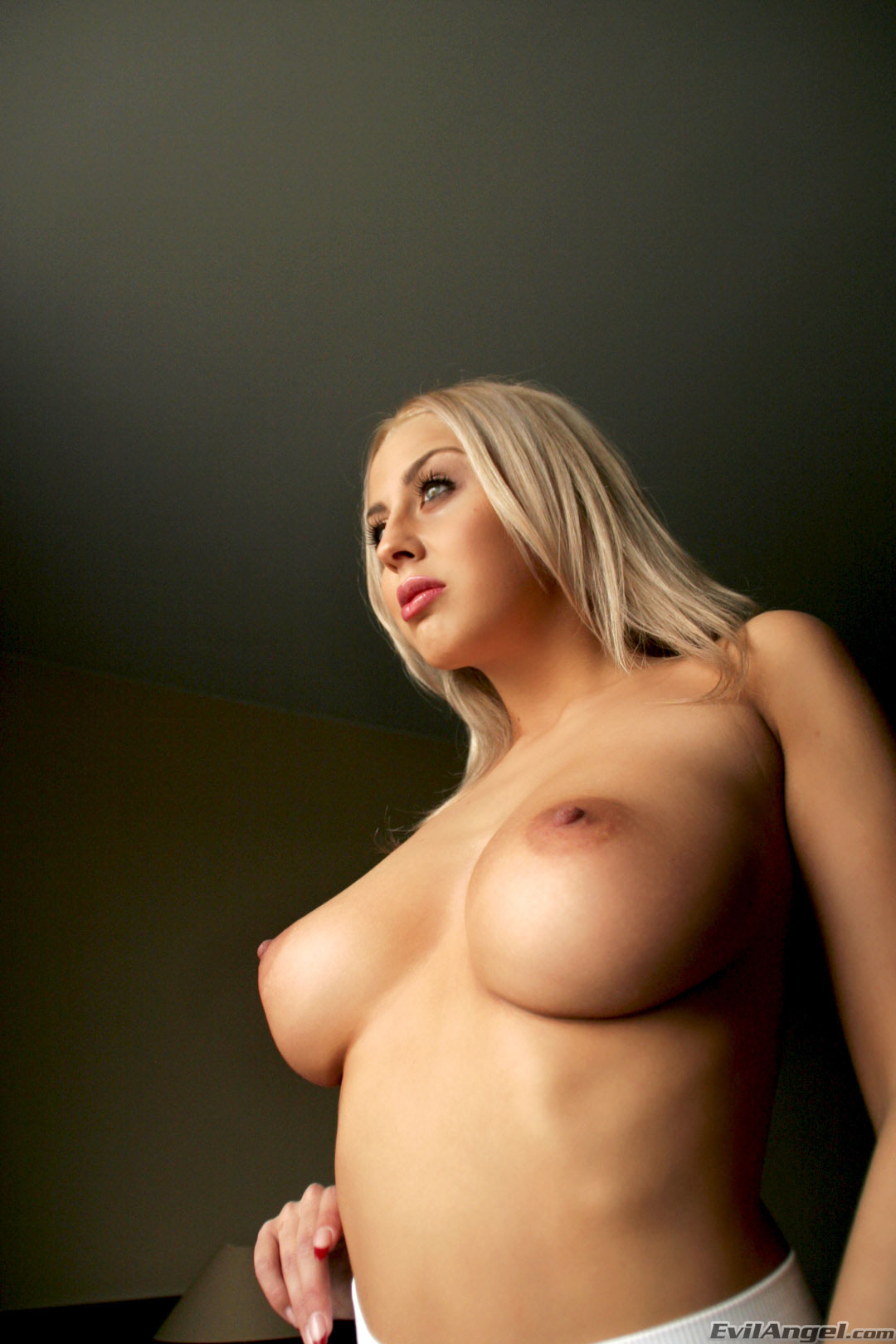 порно блондинка между сисек