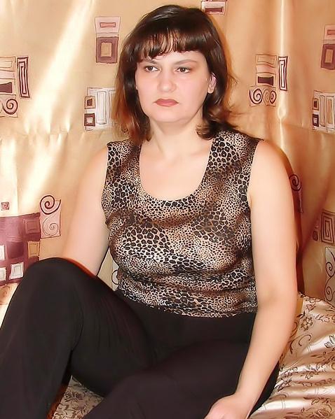 Русская зрелая женщина показывает лохматую пизду лежа на кровати