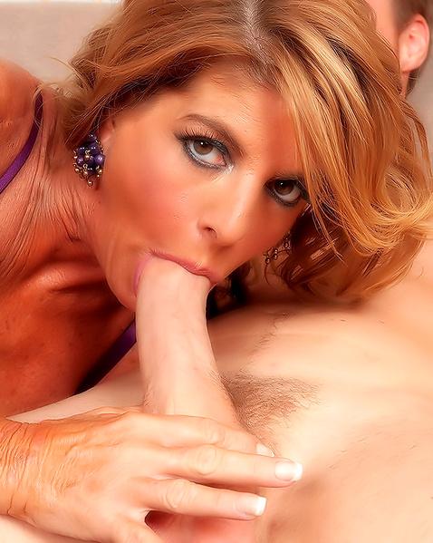 Блондинка ебется в лохматую пизду и отсасывает член после фистинга в анал