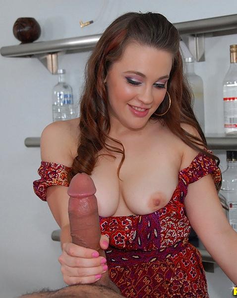 Симпатичная девушка с маленькой писькой и большими сиськами любит секс