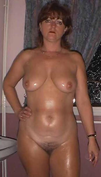 Зрелая мама с дряблым телом позирует и демонстрирует сиськи