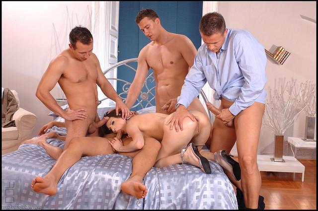Два члена в рот после ебли в очко и пизду красивой проститутки вчетвером