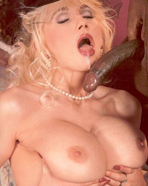 Ретро фото межрасового секса с похотливой блондинкой с большими сиськами
