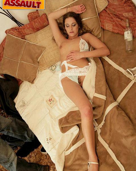 Секс вагину со спящей телкой с большими сиськами и бритой пиздой